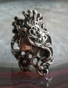 stary srebrny pierścionek twarz kobiety w kwiatach