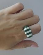 biały pierścionek w zielone paski