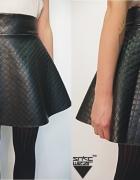 czarna skórkowa rąbu rozkloszowana spódniczka sexi
