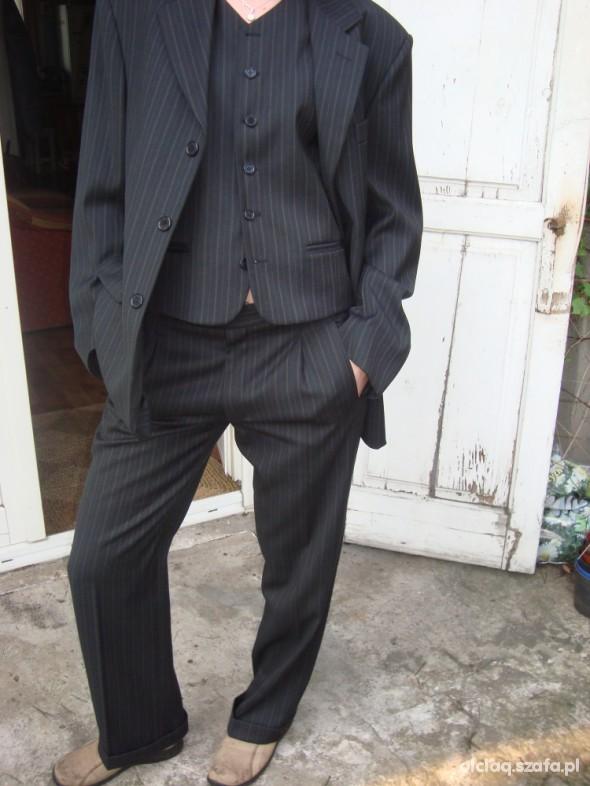 Czarny garnitur trzyczęściowy męski w paski