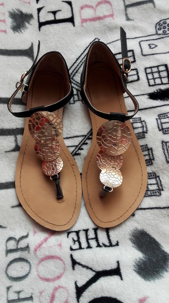 Płaskie czarne sandały