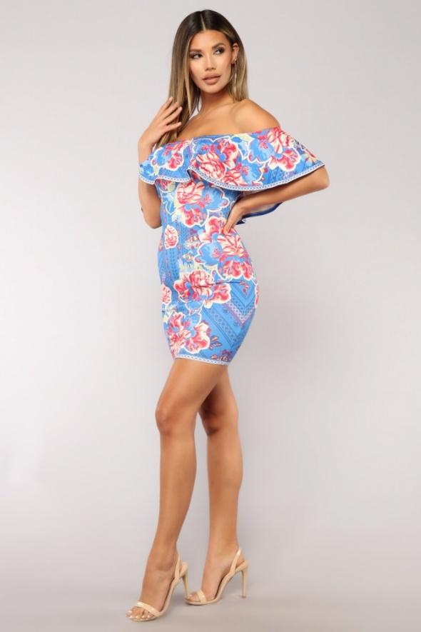 Niebieska sukienka bardot