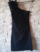 czarna sukienka na jedno ramie z falbanką...