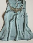 Patelowa bluzka z biżuteryjnym wykończeniem