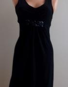 Czarna sukienka z ozdobami...