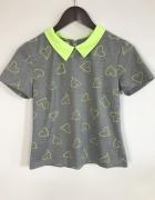 Szara koszulka z zielonym kołnierzykiem...