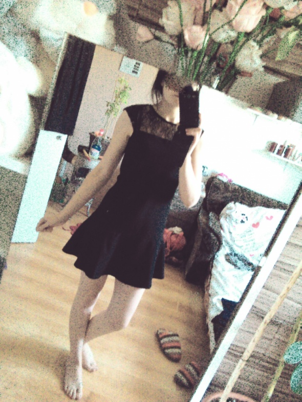 Elegancka mini sukienka z falbana 36 S czarna koro