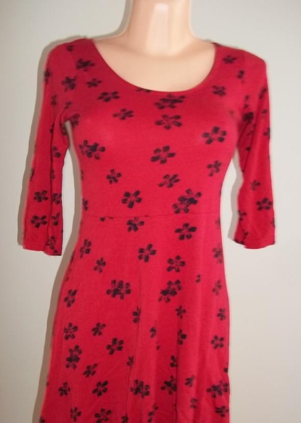 Czerwona sukienka w kwiaty...