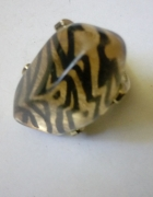 duży pierścień z kamieniem zeberka
