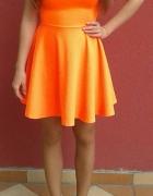 pull&bear neonowa rozkloszowana sukienka neon