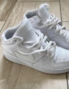 Białe Nike...