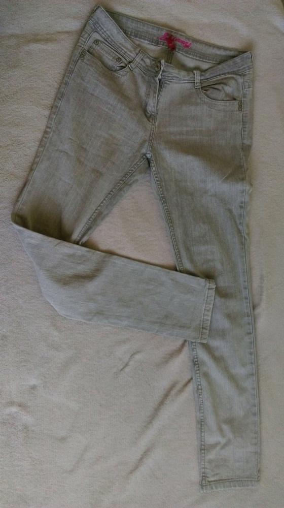 Szare jeansy...