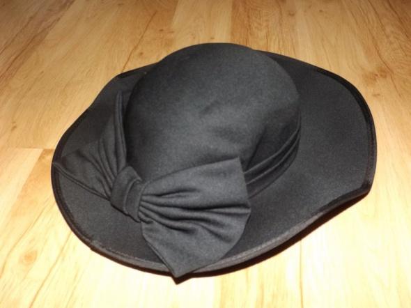 Czarny kapelusz CandA...