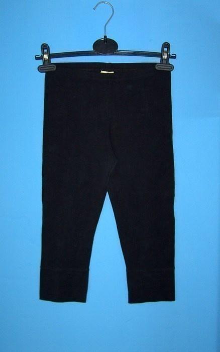 krótkie czarne legginsy...
