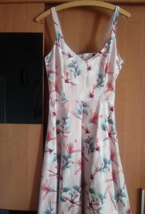 Różowa sukienka w kwiatki Mohito
