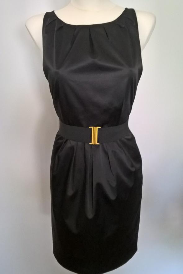Sukienka z odkrytymi ramionami...