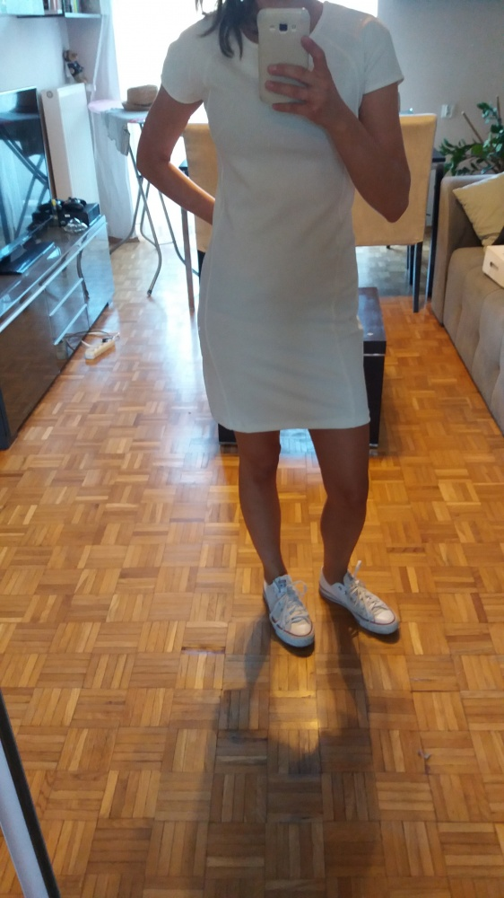 Biała sukienka Stravidarius...
