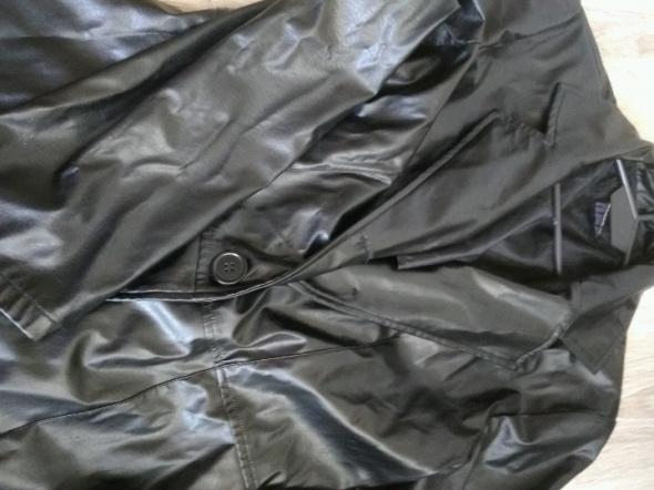 Czarny płaszcz z eko skóry