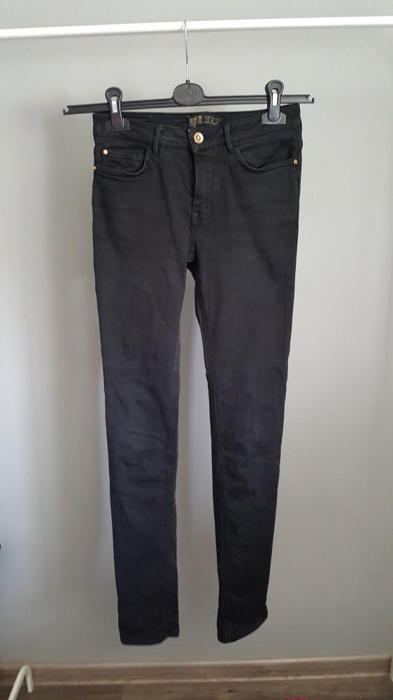 czarne jeansowe rurki