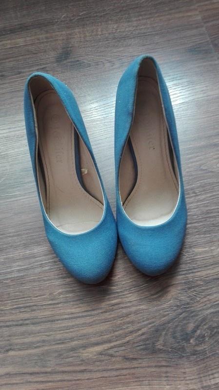 Niebieskie buty na koturnie...
