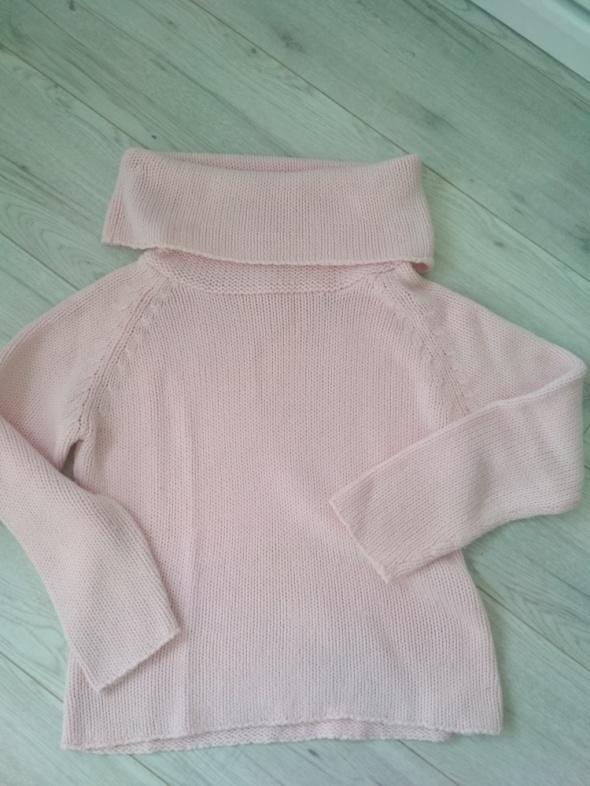 Różowy sweter z dużym kołnierzem