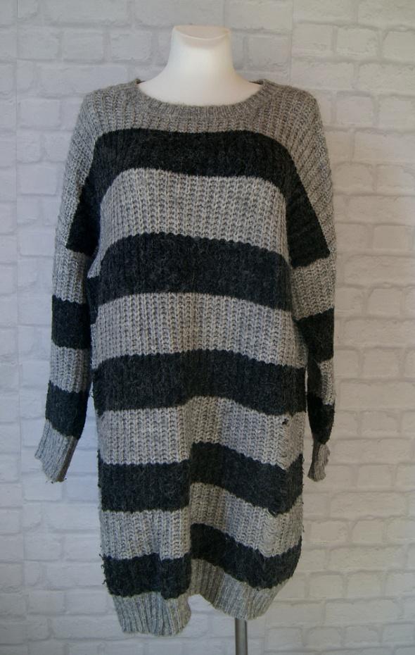 Sweter sukienka siwy czarny paski dziury