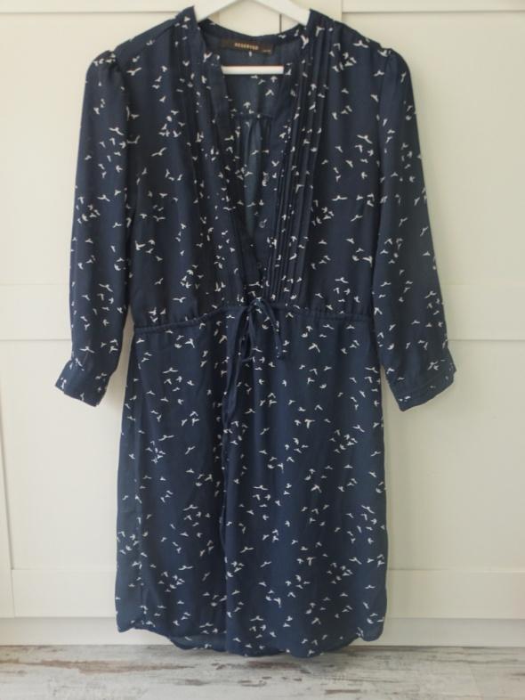 granatowa sukienka zwiewna w jaskółki s reserved