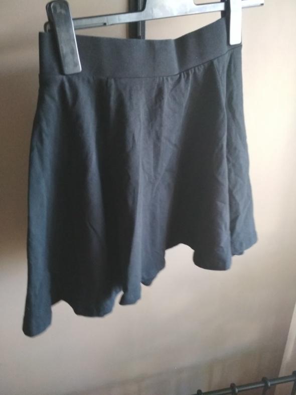 Spódnica rozkloszowana czarna HM divides S...