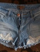 Jeansowe krótkie spodenki z białą koronką XS