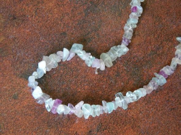 Naszyjnik z zielonymi fioletowymi kamyczkami kryształkami
