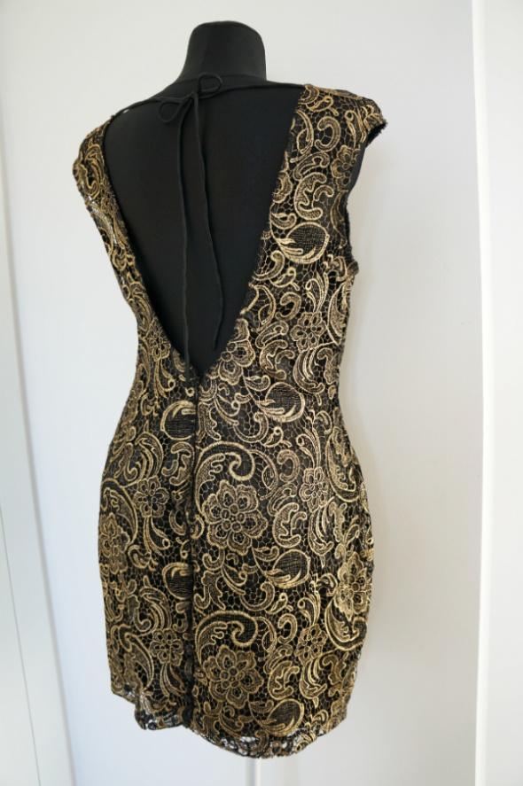 Bajeczna koronkowa sukienka z wyciętymi plecami...