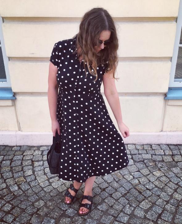 Blogerek czarna sukienki w groszki Promod