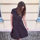 czarna sukienki w groszki Promod