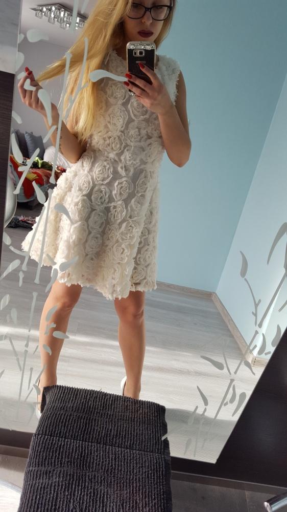 sukienka ecri tłoczona w róże 34