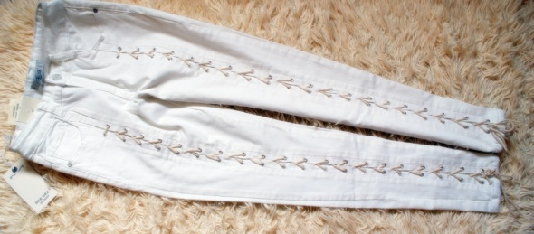 białe rurki z sznurowaniami rozmiar l