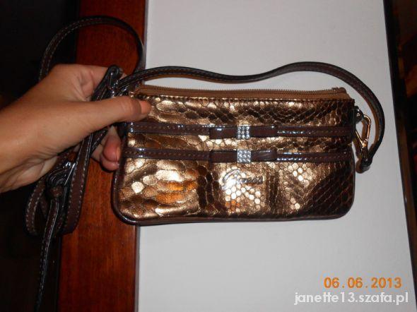 Mała torebka marki GUESS...