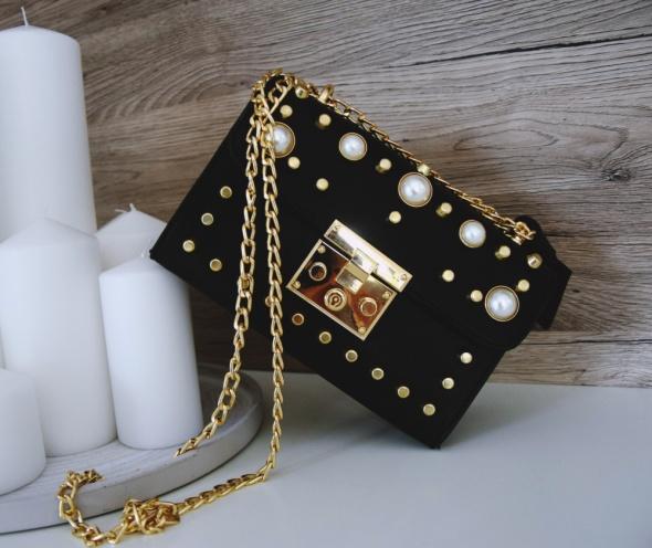Torebka kuferek na łańcuszku złotym czarna perły HIT