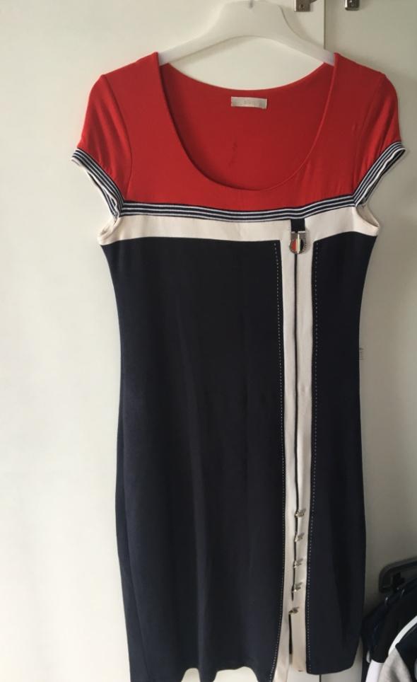 Przylegająca sukienka w modnych kolorach