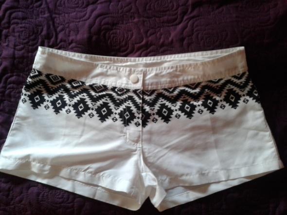 Białe szorty w azteckie wzory