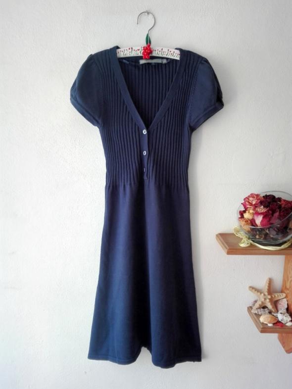 Granatowa sukienka sweterkowa KappAhl