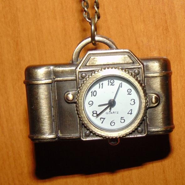 Modny naszyjnik zegarek w złotym kolorze