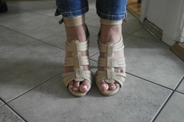 reserved beżowe sandały na obcasie zapinane skóra