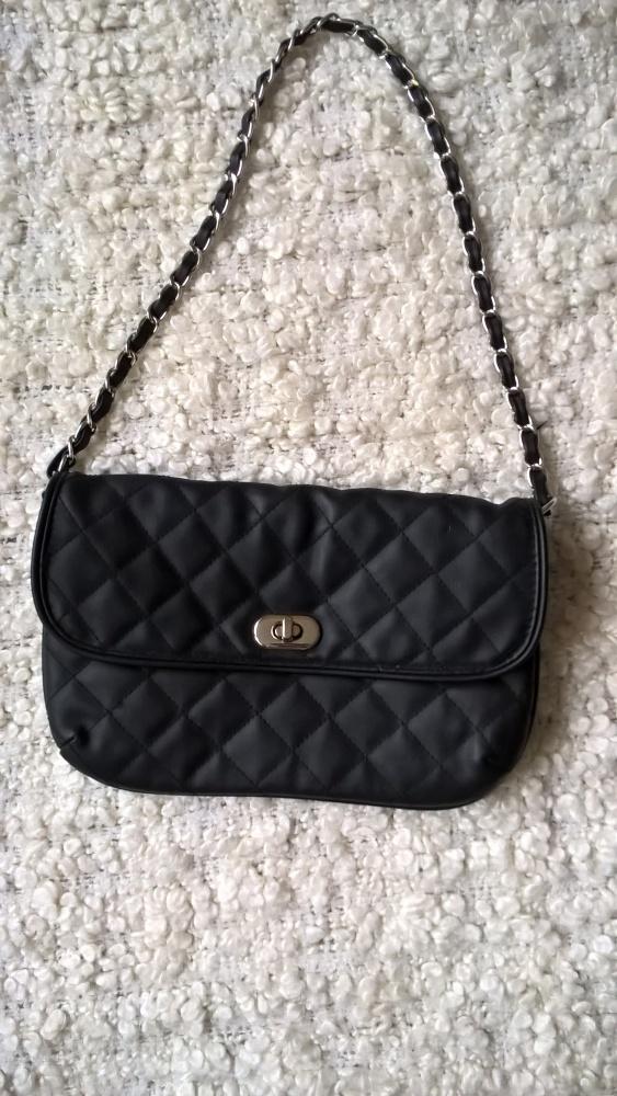 Czarna torebka z łańcuszkiem C&A...