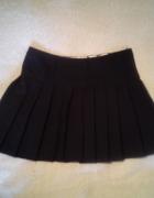 Plisowana czarna spódniczka...