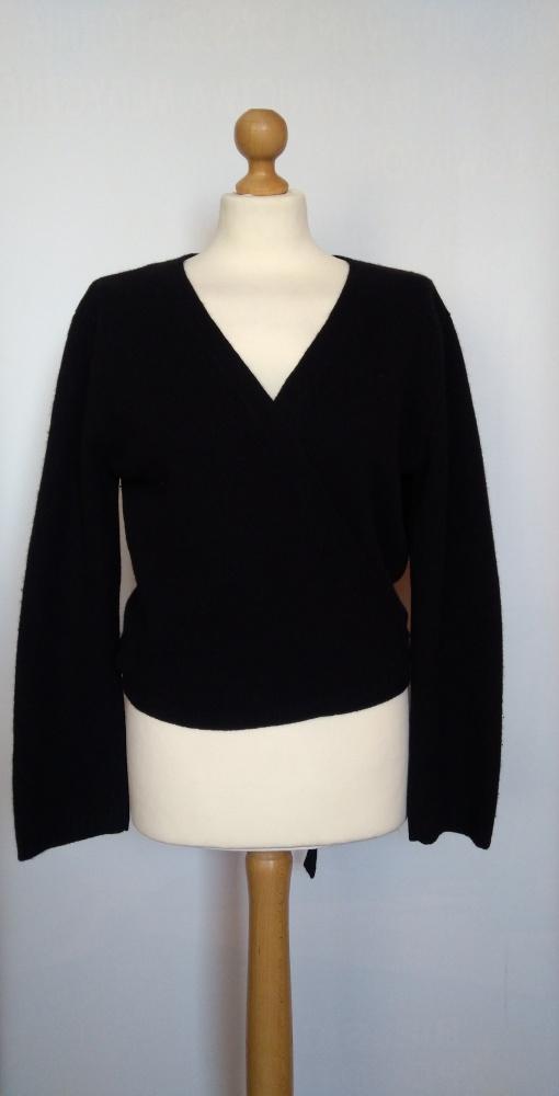 Czarny wełniany kopertowy wiązany sweter angora