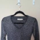 srebrny sweterek wyszywany srebrną nicią rozszerza