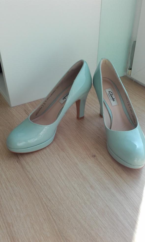 Miętowe buty Clarks...