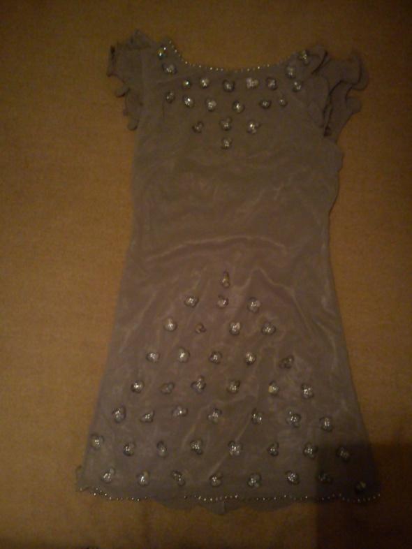 Beżowa ozdobna sukienka...