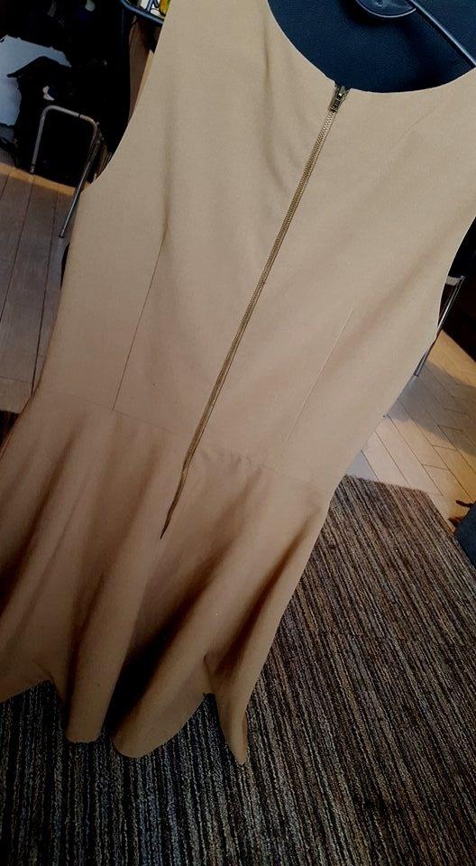 rozkloszowana sukienka karmelowa M