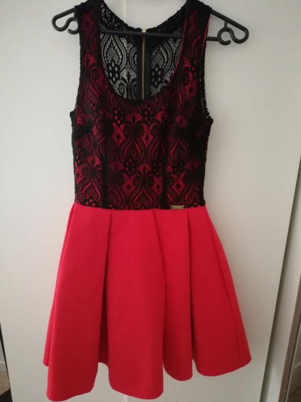 Piękna czerwona sukienka z czarną koronką...
